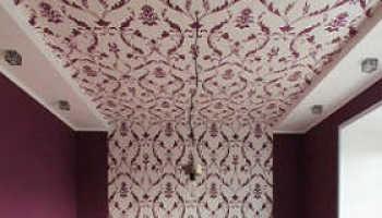 Как правильно клеить обои на потолок: технология и рекомендации
