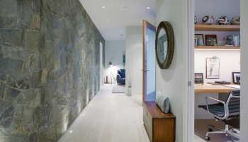 Отделка прихожей декоративным камнем и обоями
