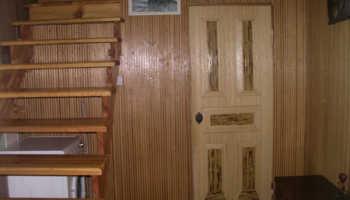 Отделка двери бамбуковыми обоями