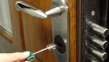 Как правильно заменить замки в металлической двери?